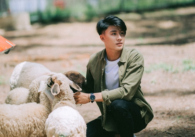 Nam chinh dien trai trong MV 'Ta con yeu nhau' cua Duc Phuc la ai? hinh anh 3