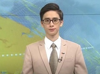 MC ngoai quoc tren VTV gay chu y vi qua dien trai hinh anh
