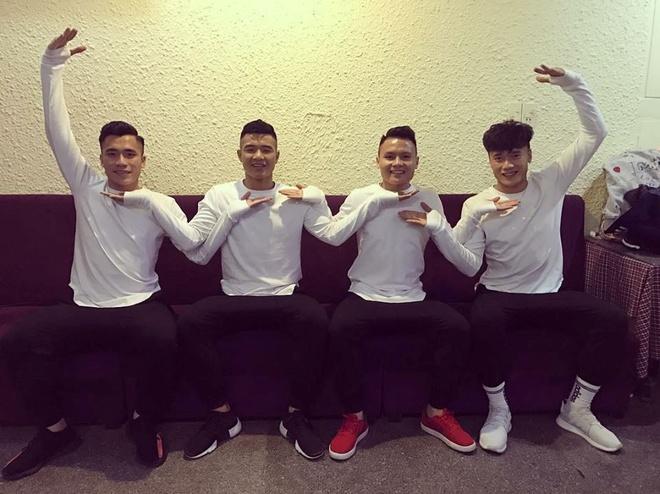 Clip Cong Phuong hon doi Van Thanh o san bay 'gay bao' mang hinh anh 4