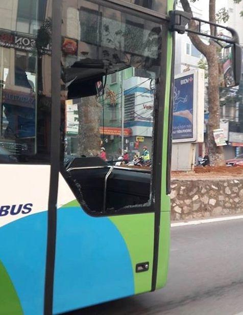 Buyt nhanh BRT bi xe con tat dau, tong vo toang cua hinh anh 1