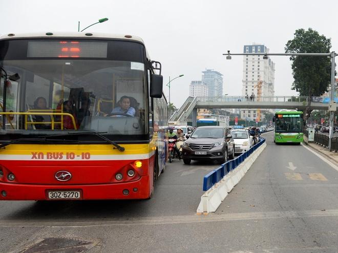 Ha Noi lap xong phan cach cung nha cho BRT Giang Vo hinh anh