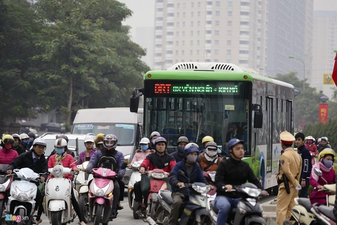 Hon 8.200 ve buyt BRT duoc ban trong ngay dau thu phi hinh anh