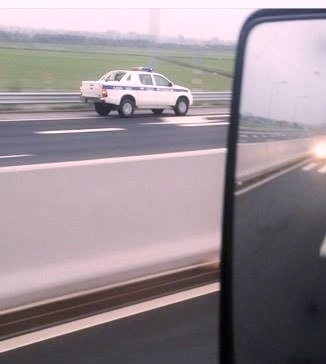 Xe CSGT chay nguoc chieu 100 km/h tren cao toc khi lam nhiem vu khan hinh anh 1