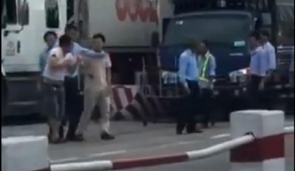 Nhan vien tram thu phi quoc lo 5 hanh hung tai xe hinh anh