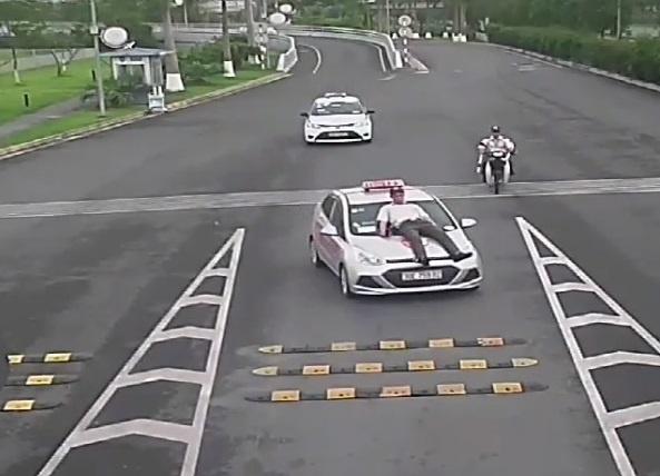 Kiem tra hoat dong doanh nghiep taxi co tai xe tong nhan vien san bay hinh anh 1