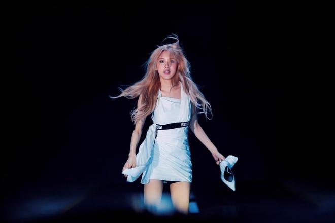 Trang phuc cua Black Pink 'cool ngau' va manh me hon trong MV moi hinh anh 3