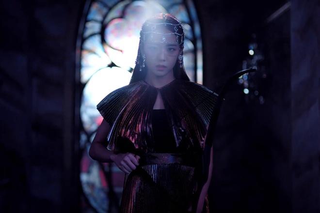 Trang phuc cua Black Pink 'cool ngau' va manh me hon trong MV moi hinh anh 4
