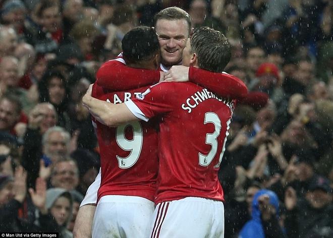 Rooney tim lai chinh minh khi bi don vao chan tuong hinh anh