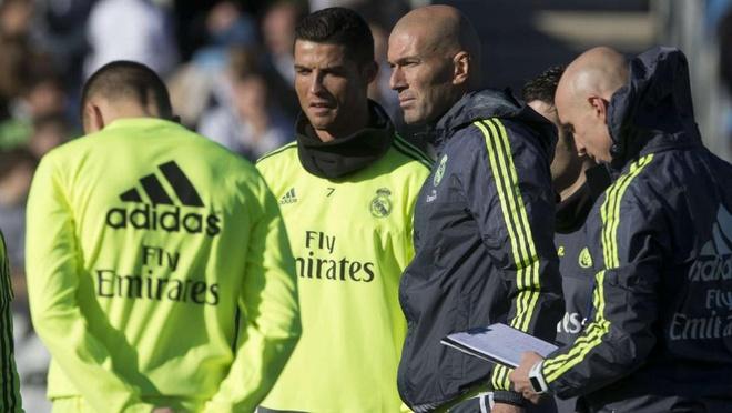 Tai sao Perez lai dat Zidane vao ghe nong? hinh anh 1