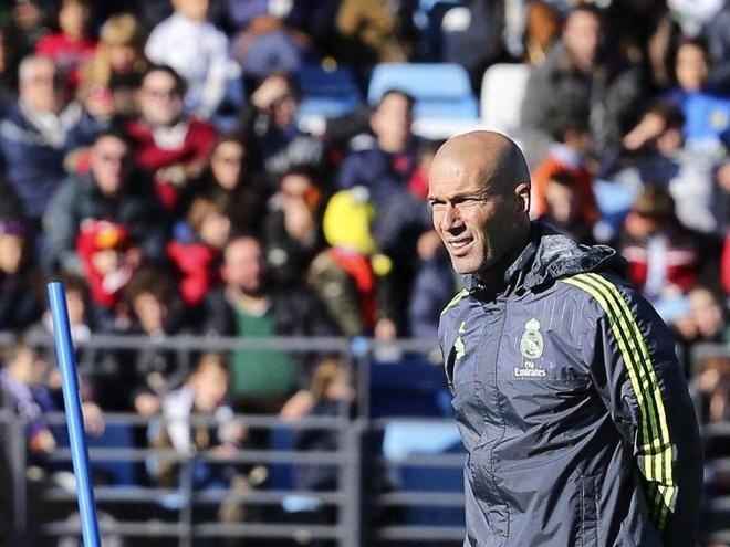 Tai sao Perez lai dat Zidane vao ghe nong? hinh anh 3