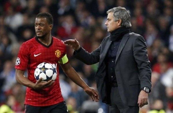 Patrice Evra tro lai MU, nuoc co hoan hao cua Mourinho hinh anh 3