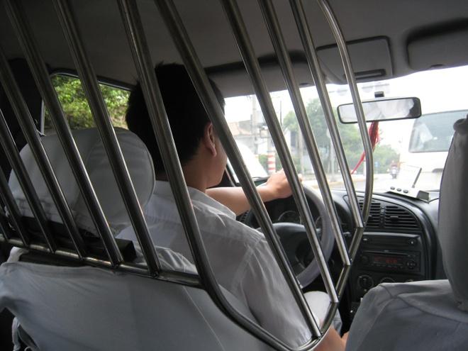 Dung long chan, tai xe taxi bao ve minh truoc rui ro nghe nghiep hinh anh