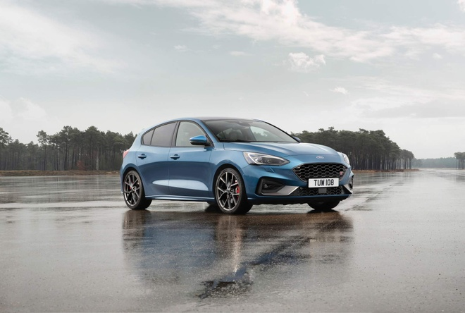 Ford Focus ST 2019 ra mat, trong binh dan nhung manh xap xi Mustang hinh anh
