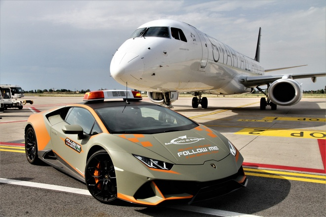 Lamborghini Huracan Evo lam xe dan duong o san bay hinh anh