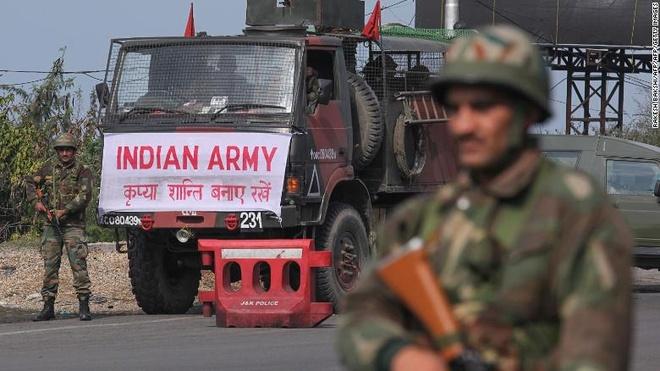 Bao luc tai Kashmir: 40 nguoi chet vi bom, 6 nguoi chet vi dau sung hinh anh