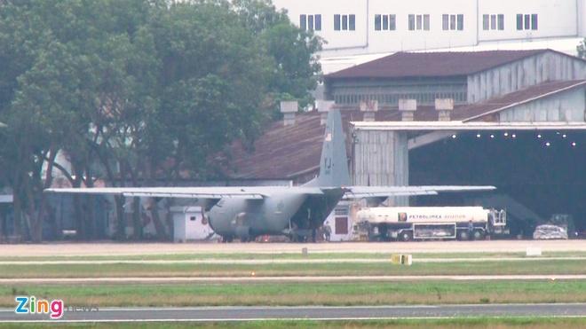 May bay C-130 cua My ha canh tai Noi Bai hinh anh 3