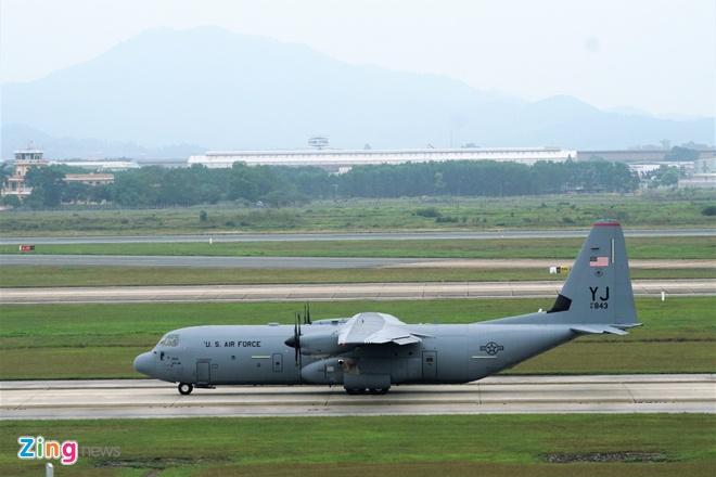 May bay C-130 cua My ha canh tai Noi Bai hinh anh 2