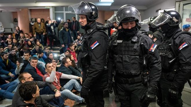 Phan doi khap Balkan, nguoi bieu tinh chiem dai truyen hinh Serbia hinh anh 1