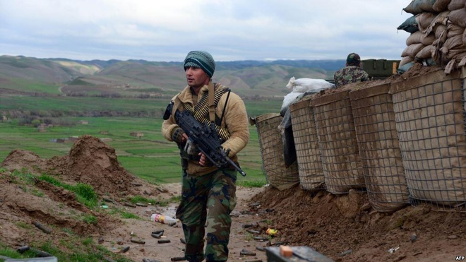Bi Taliban truy duoi, 100 linh Afghanistan chay qua bien gioi hinh anh 1