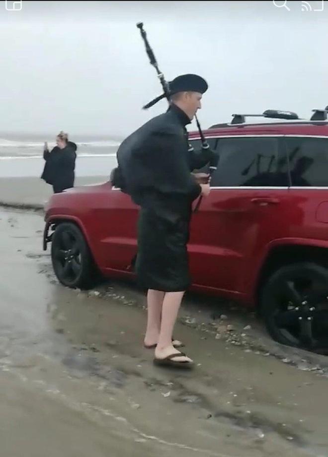 Nguoi My ra bien thoi ken tien dua xe Jeep mac ket giua bao Dorian hinh anh 3