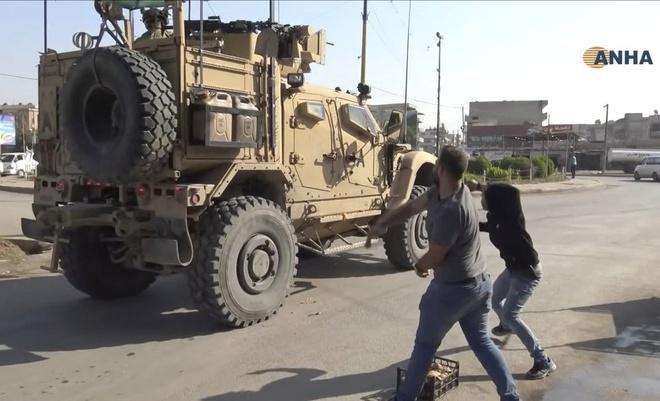 Bị phản bội, người Kurd ném khoai tây vào lính Mỹ đang rút đi