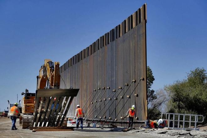 TT Trump lay them 7,2 ty USD tien quoc phong de xay tuong bien gioi hinh anh 1 ezgif.com_webp_to_jpg_border_wall_AP.jpg