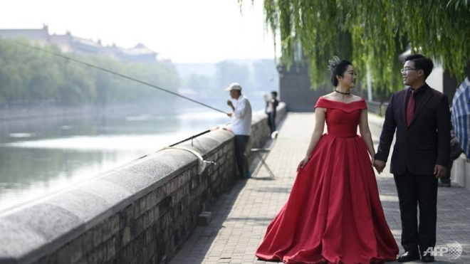 TQ huy dam cuoi '02022020' vi virus corona, le tang phai nhanh gon hinh anh 1 a_couple_pose_for_pre_wedding_pictures_at_the_north_gate_of_the_palace_museum_in_beijing_1580549385218_2.jpg