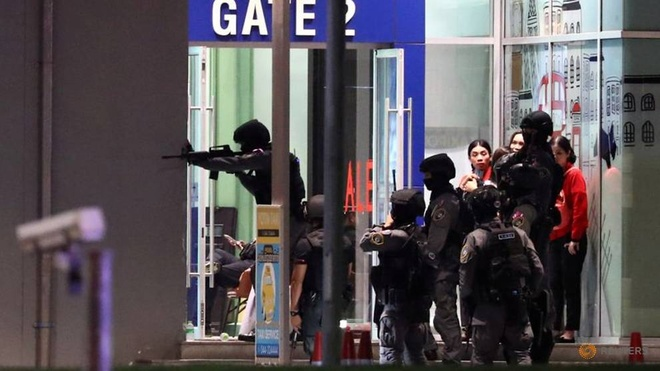 1 thu pham, 4 dia diem, 29 nguoi chet - vu xa sung rung dong Thai Lan hinh anh 7 thailand_security_forces_enter_in_a_shopping_mall_as_they_chase_a_shooter_hidden_in_after_a_mass_shooting_in_front_of_the_terminal_21_in_nakhon_ratchasima_thailand_14_Reuters.jpg