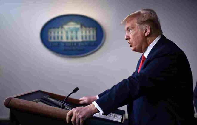 TT Trump ky luat quoc phong chong dich, bao ve viec goi 'virus TQ'