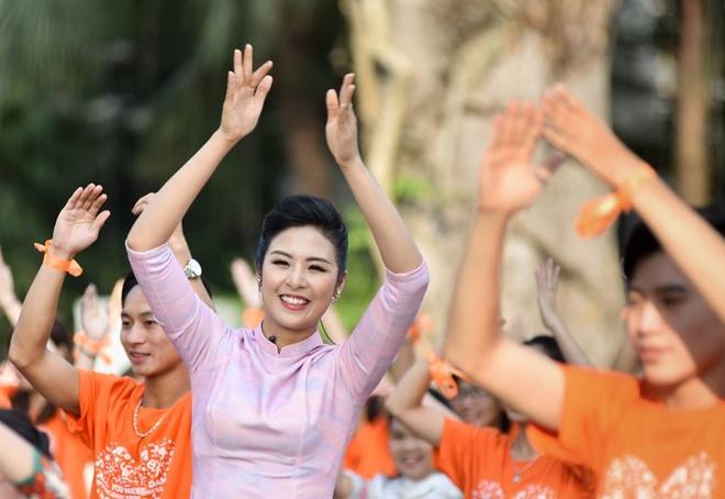 Hoa hau Ngoc Han, MC Phan Anh nhay flashmob vi su tu te hinh anh