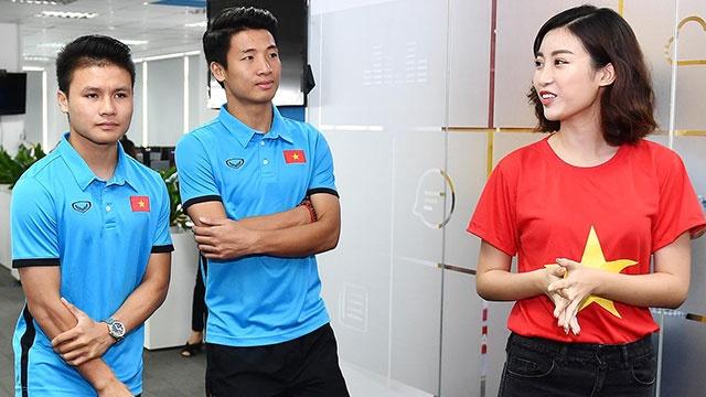 Hoa hau My Linh va cac cau thu Olympic Viet Nam giao luu voi ban doc hinh anh