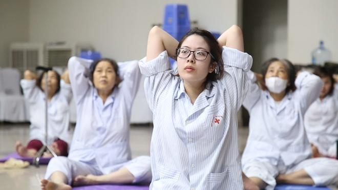 Benh vien moi thay giao nuoc ngoai day Yoga cho benh nhan hinh anh
