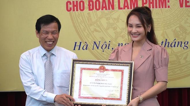 Doan phim 'Ve nha di con' nhan bang khen cua Bo Van hoa hinh anh