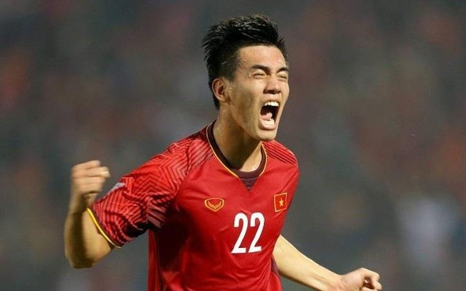 Tien Linh: 'Vao san phai chien dau bang con tim nong va cai dau lanh' hinh anh