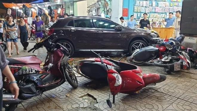 Hien truong vu Mercedes tong hang loat xe may o Sai Gon hinh anh