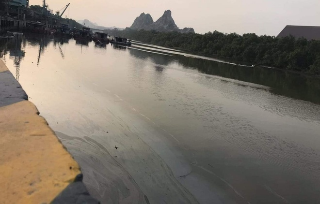 7.000 lít dầu tràn phủ đen mặt sông