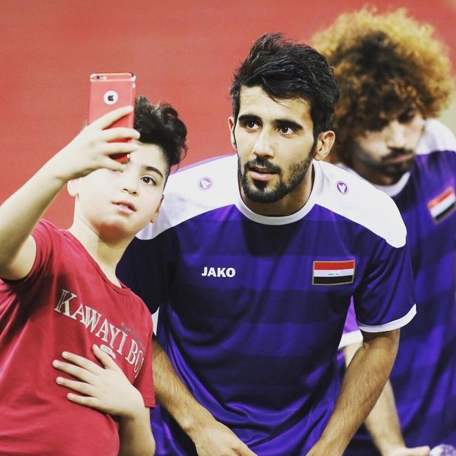 Doi truong U23 Iraq co ve ngoai lich lam, hut 600.000 fan tren mang hinh anh 9