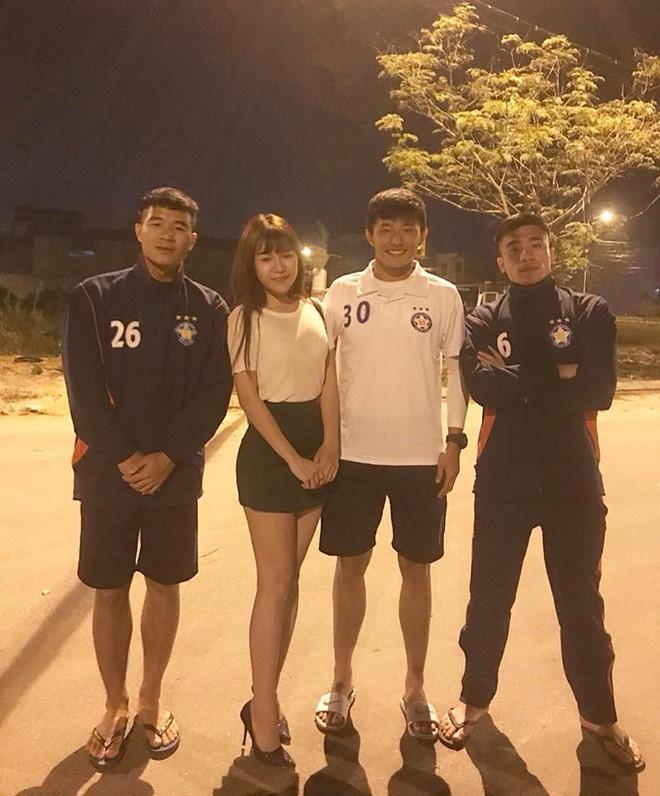 Fan lai phat hien Lam Tay va ban gai tin don dang di du lich cung nhau hinh anh 5