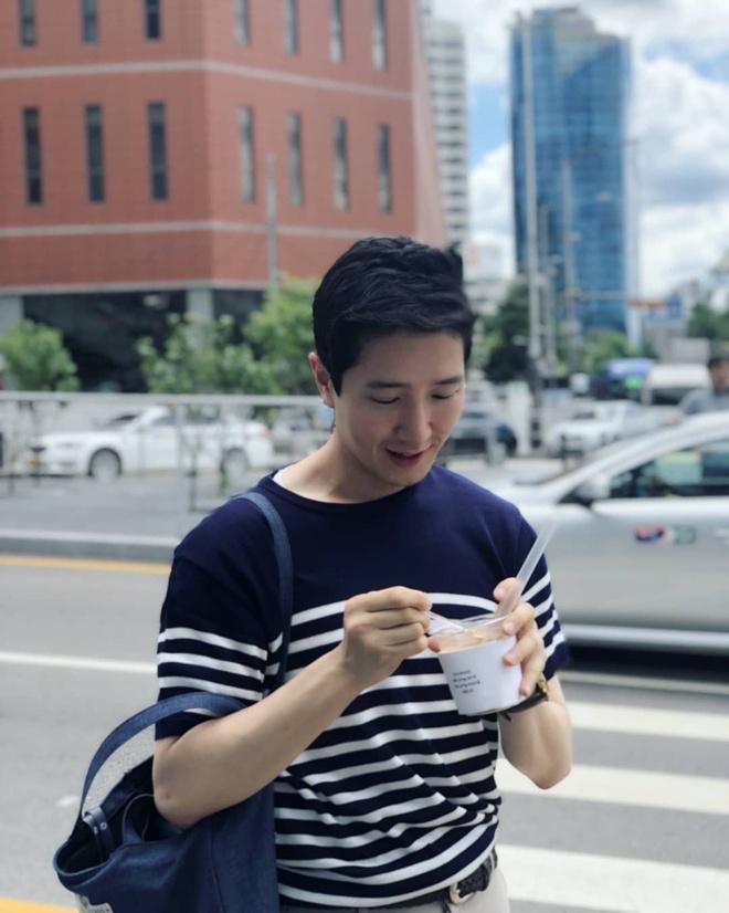 Nam phong vien Han tang follow nhanh chong, fan Viet vao khen dep trai hinh anh 6