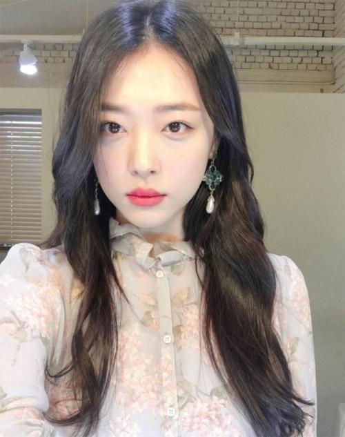 Nu sinh Han duoc khen la 'phep cong hoan hao' cua ca si Sulli va Suzy hinh anh 2