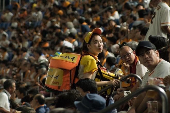 Uriko - nghề 'bán bia dạo' trong sân vận động của nhiều thiếu nữ Nhật