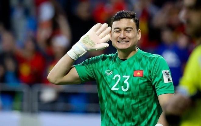 Thu mon Dang Van Lam tung nguoi bat penalty dang cap hinh anh