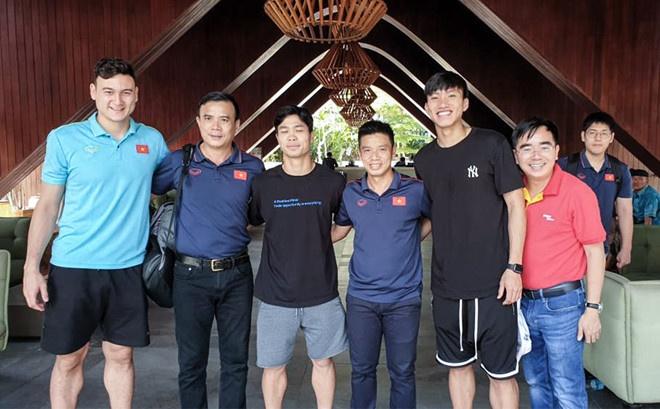 Doan Van Hau check-in toi Ha Lan sau chien thang truoc Indonesia hinh anh 2