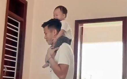 Que Ngoc Hai ve nha cham con om sau khi da xong V.League 2019 hinh anh