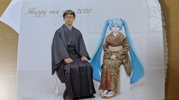 Kondo và vợ ảo chụp ảnh làm thiệp mừng năm mới.