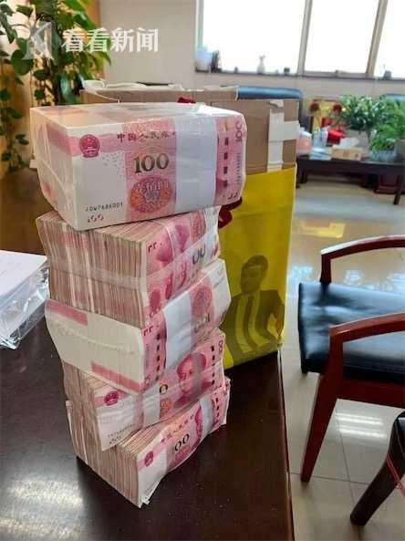 Cu ong mang thung tien mat 500.000 nhan dan te di ung ho Vu Han hinh anh 2 13b0ffeffca34a0aa84ae776b8da32ca.jpg