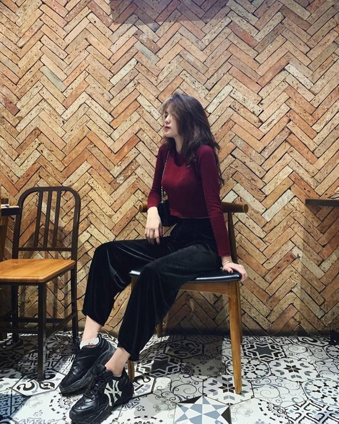 Tố Uyên (sinh năm 2000, Tuyên Quang) - bạn gái trung vệ Thành Chung - khoe dáng trong bức ảnh nhận được hơn 3.000 lượt