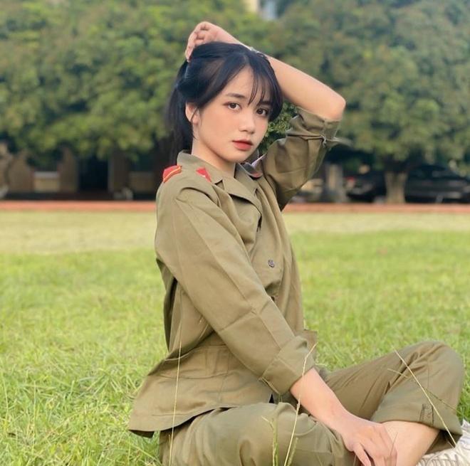 <em>Nữ sinh</em> gây chú ý trong ảnh mặc đồ quân sự