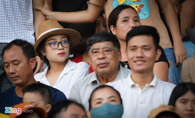 Dù đang ở những tháng cuối thai kỳ, Nhật Linh - vợ Phan Văn Đức - vẫn đến sân cổ vũ chồng trong trận SLNA gặp Viettel trên sân Vinh ngày 18/7. Ảnh: Việt Hùng.