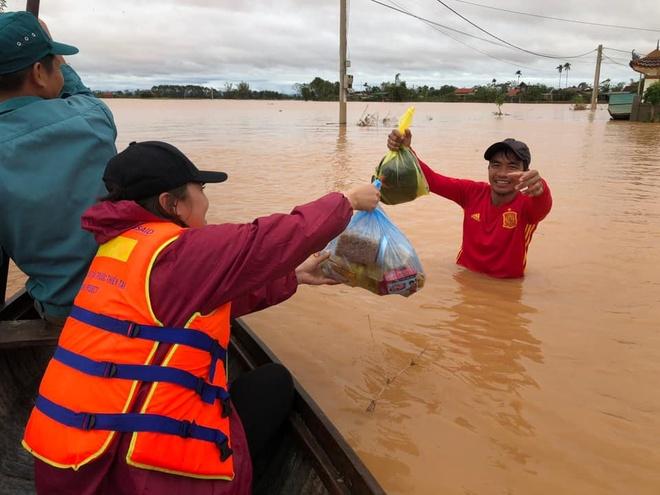 Đoàn thiện nguyện làng La Phù trao tặng các phần nhu yếu phẩm cho người dân Quảng Bình, Quảng Trị.